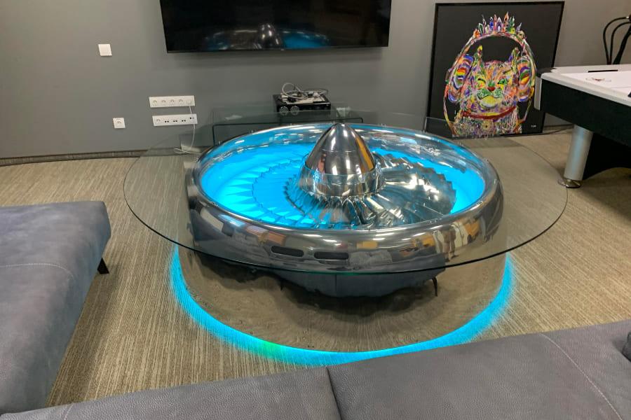 Стильный стол с подсветкой удивит каждого