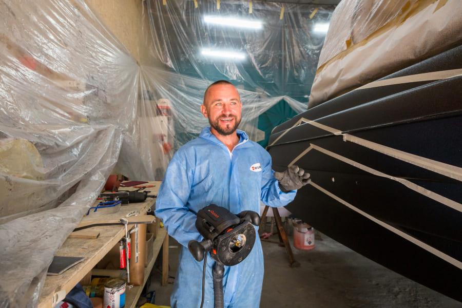 Как мастер ремонтирует катер инструментами