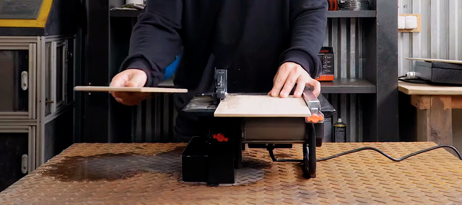 Робота електричним плиткорізом