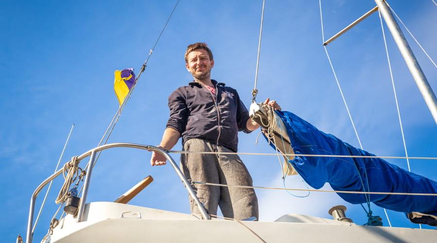 Игорь готовит судно к спуску на воду