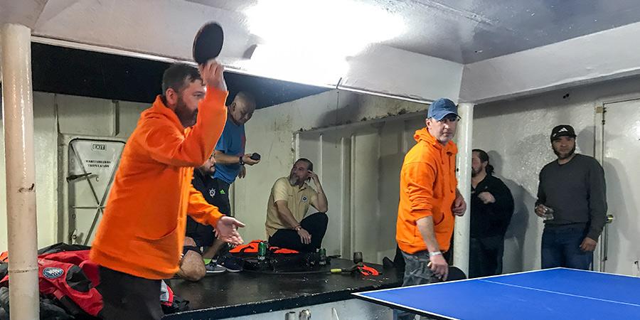 Полярники та команда корабля влаштували турнір з пінг-понгу