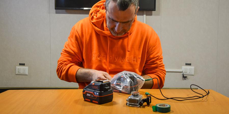 Олександр робить «зарядку« для камери метеорологів