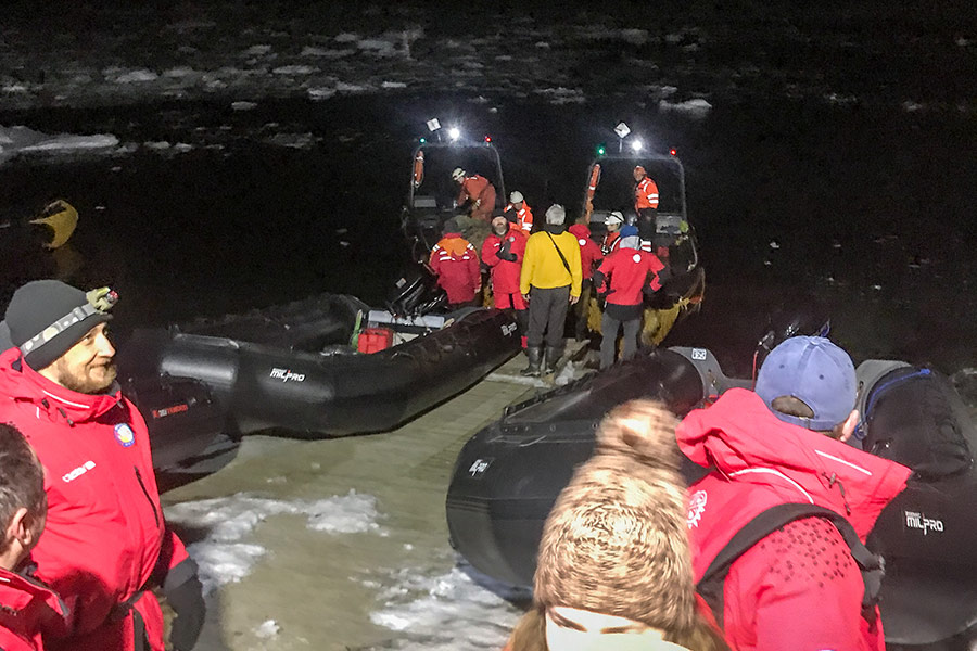 До берегів Антарктиди учасники експедиції дісталися вночі