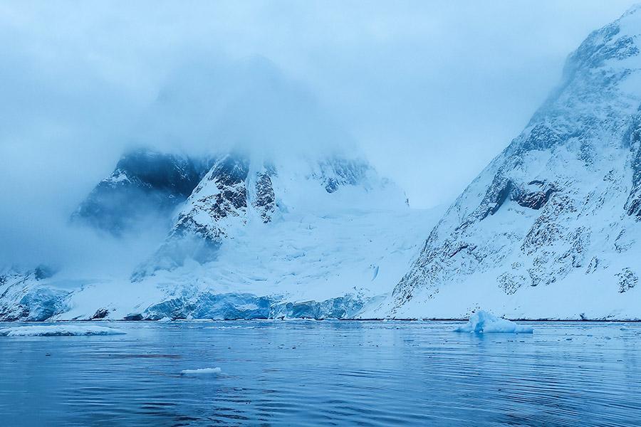 Невероятные цвета в проливе Пенола (на фото горы Скотта)