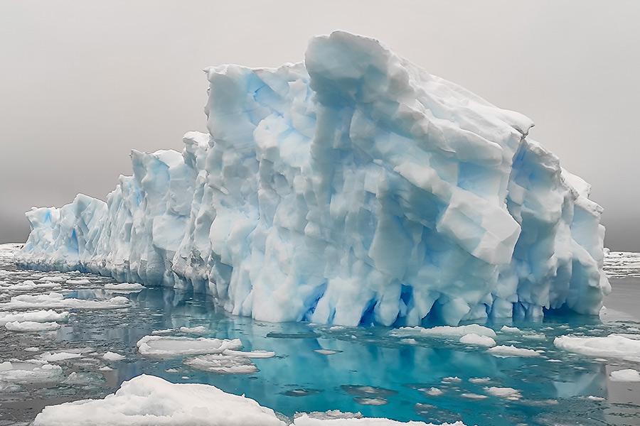 Даже при облачной погоде льдина кажется голубой
