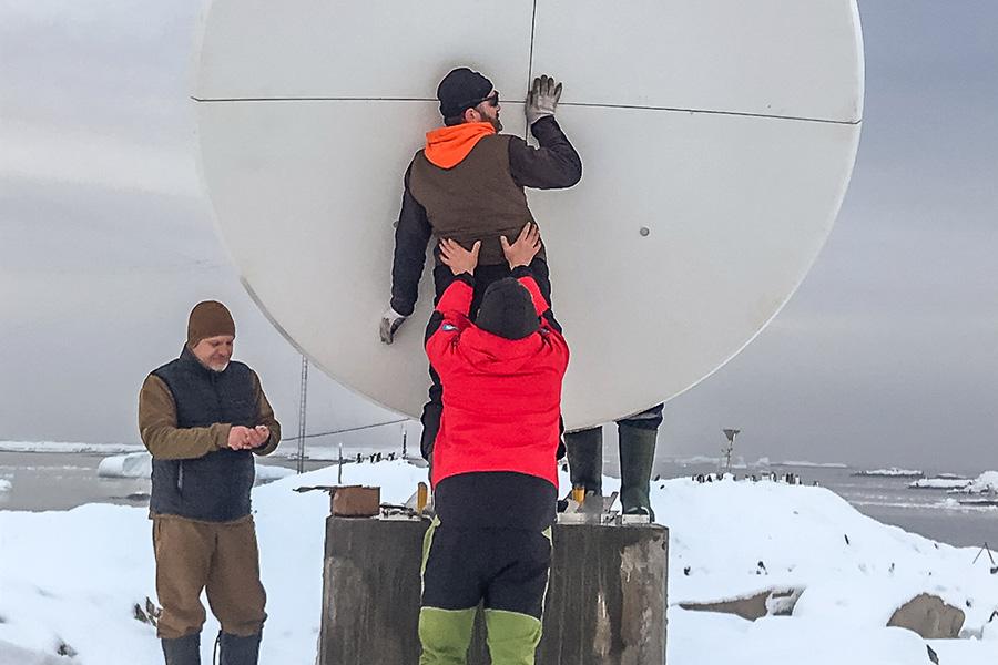 Команда устанавливает новую антенну