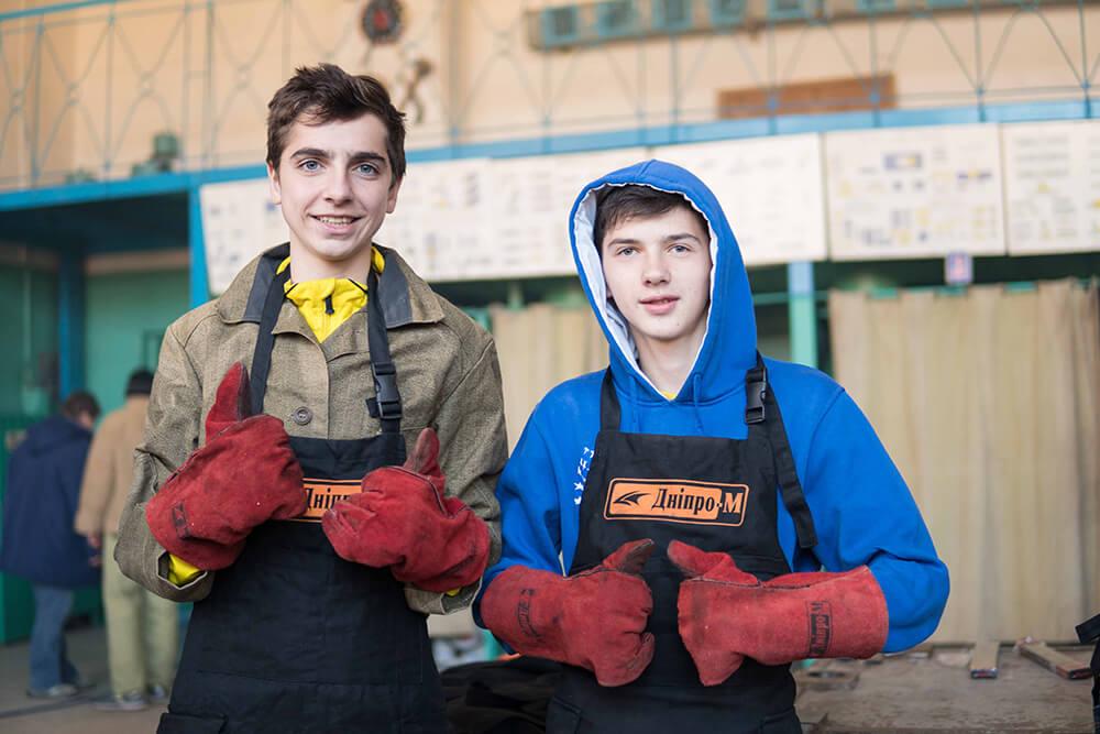 Два молодика в фартухах Dnipro-M