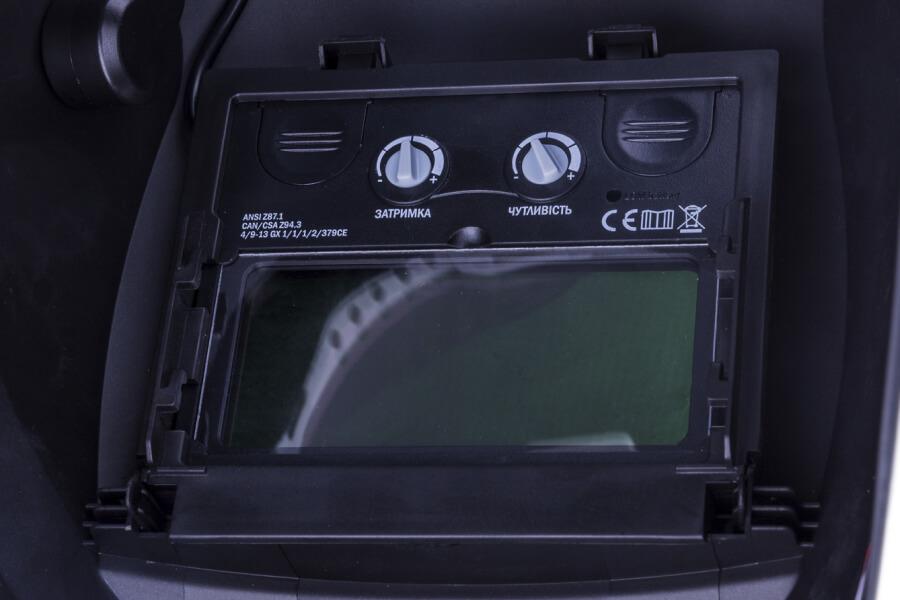 Фото маски Dnipro-M с надписью оптического класса, рычагом чувствительности, задержки. Настройки и регулировка маски для сварки