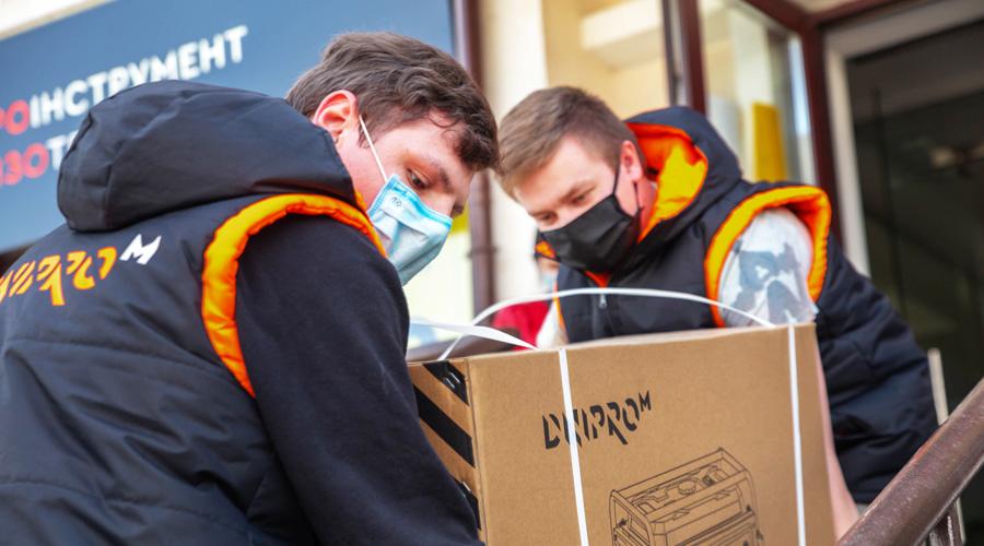 волонтеры передали инструменты пострадавшим от лесных пожаров
