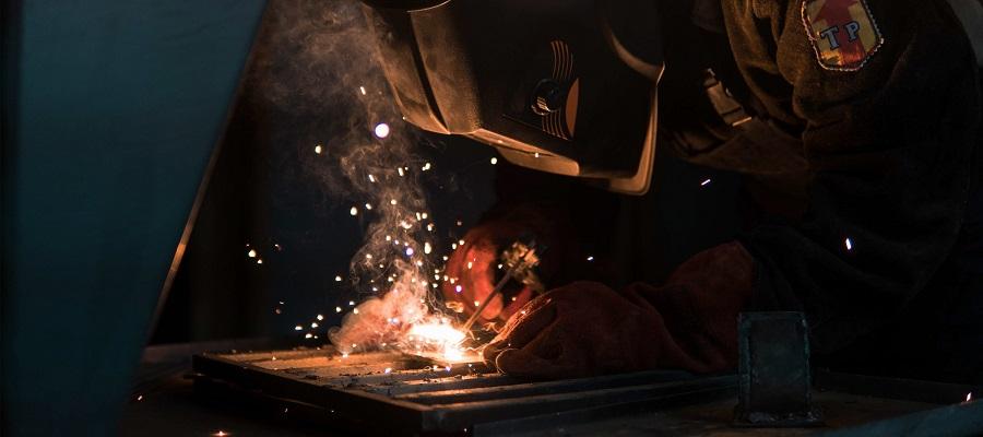 Процес варіння металу крупним планом. Сварка Dnipro-M